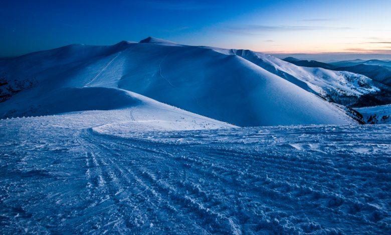 Заснежени планински склонове