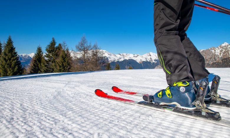 Скиор по склоновете на ски писта