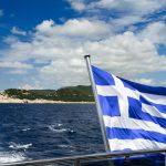 Гръцкото знаме на фона на море